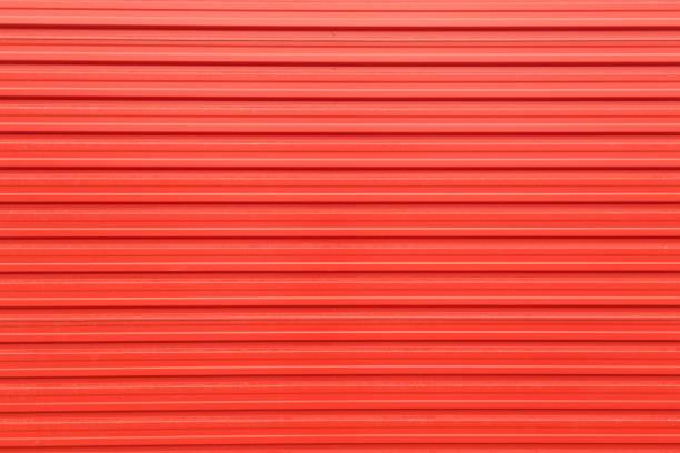 blech-textur in roter farbe - alu zaun stock-fotos und bilder