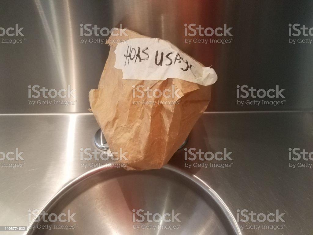 Metallwaschbecken Im Badezimmer Mit Unordnungsgemassem Schild In