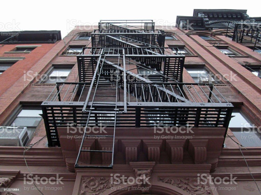 Escalier Dans Maison Ancienne photo libre de droit de un escalier en métal sur la façade