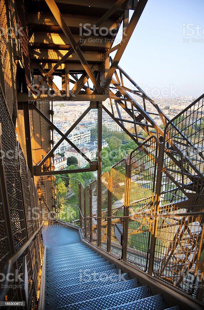 Metall Treppen auf den Eiffelturm – Foto