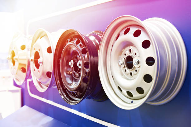 metall stempel felgen für autos im shop - alufelgen stock-fotos und bilder