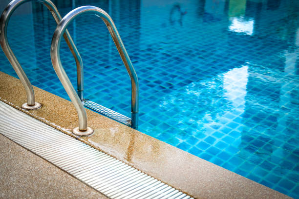 Metall-Stahl-Griff am Rand Pool am Pool des Schwimmbades im Hotel – Foto