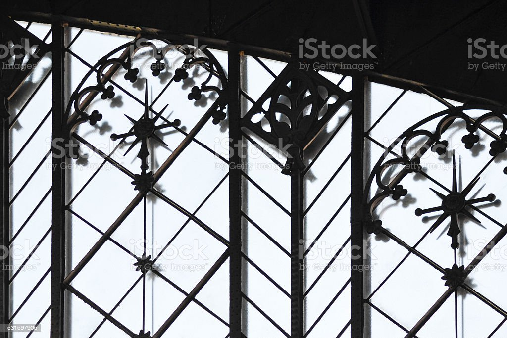 Estructura metálica en una estación de tren - foto de stock