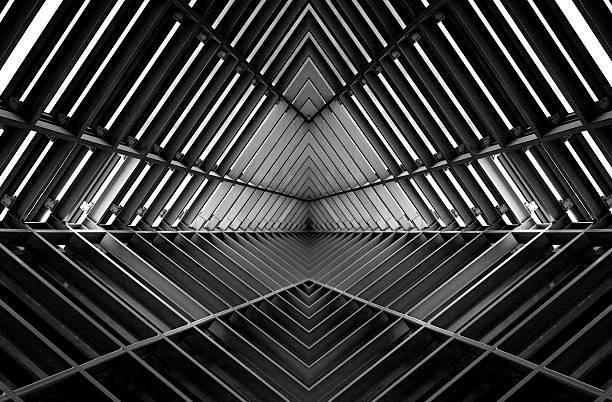 metall-struktur ähnlich wie raumschiff interieur in schwarz und weiß - eingangshalle wohngebäude innenansicht stock-fotos und bilder