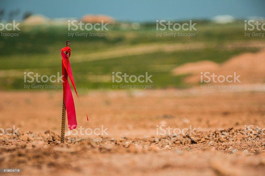 Metall-Umfrage Pflock mit Rote Flagge auf Baustelle – Foto