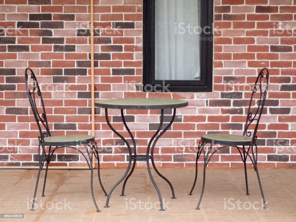 chaises et table en métal - Photo de Ameublement libre de droits