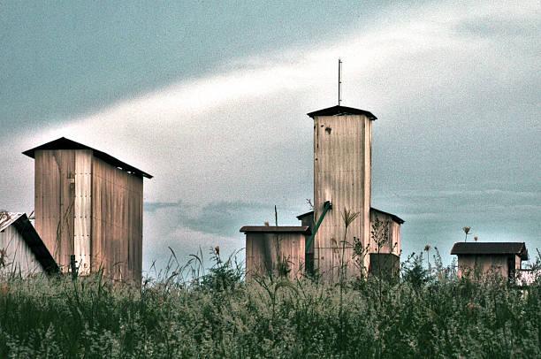 Metal towers de um armazém rural - foto de acervo