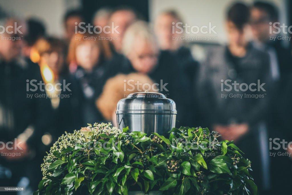 Metall-Urne bei einer Beerdigung – Foto