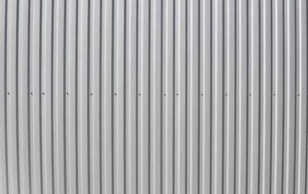 weißem blech für industriegebäude und bau. dachblech oder gewellte dächer der fabrikgebäude oder lager. - alu zaun stock-fotos und bilder