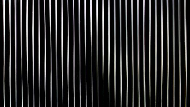 metall-draht grill hintergrund - gitter stock-fotos und bilder