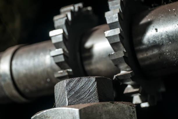 Metallbearbeitung. Prozess der Zahnradbearbeitung per Fräswerkzeug im Werk – Foto