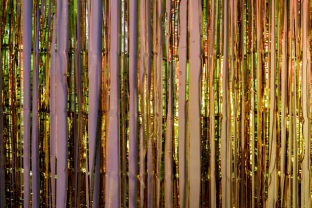 金属箔フリンジ パーティーの装飾がカラフルなライトを反映しました。 - glitter curtain ストックフォトと画像