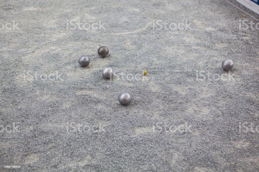 Bolas de petanca metálico en acción - foto de stock