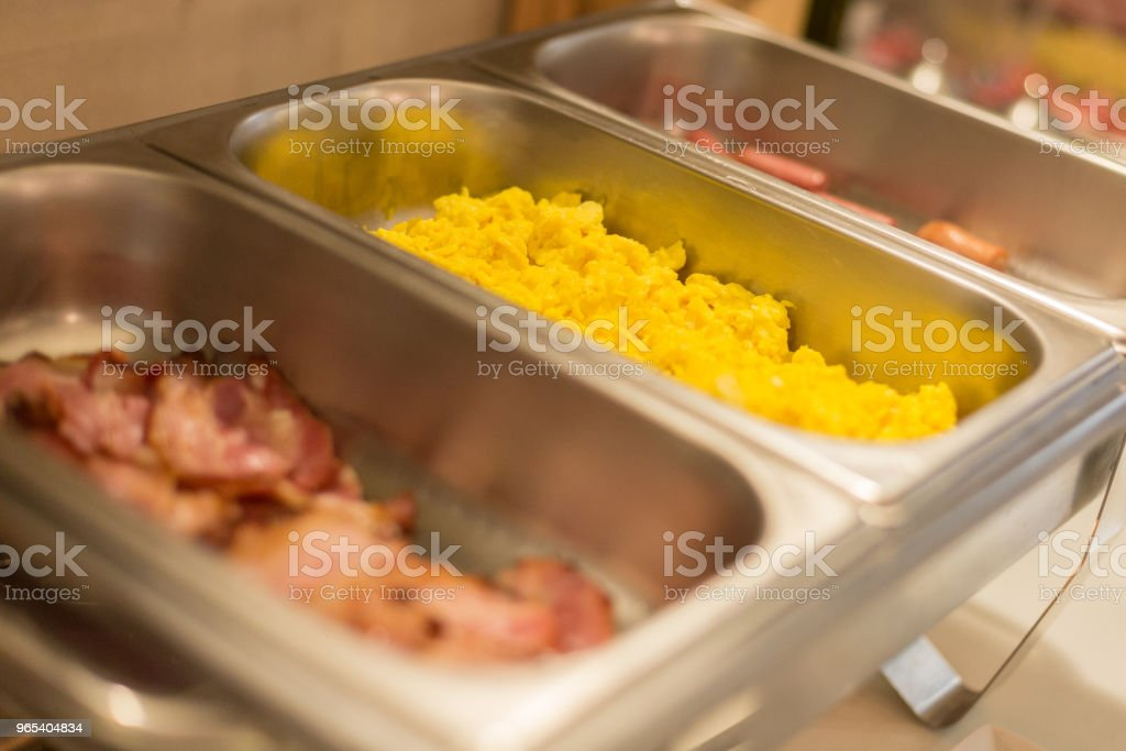金屬託盤與炒雞蛋。廚房櫃檯上有各種食物的託盤 - 免版稅不健康飲食圖庫照片