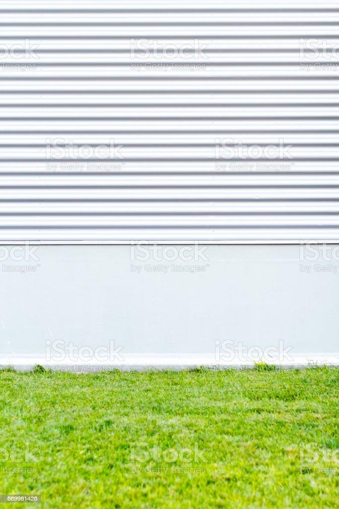 Metallische Wand mit grünen Rasen. Modernen städtischen Hintergrund – Foto