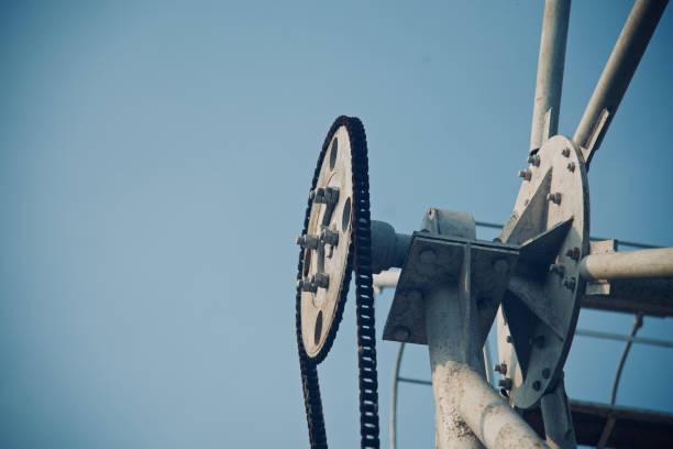 metallisches rad mit schwarzen ketten eines geräts - stahlrahmen rennrad stock-fotos und bilder