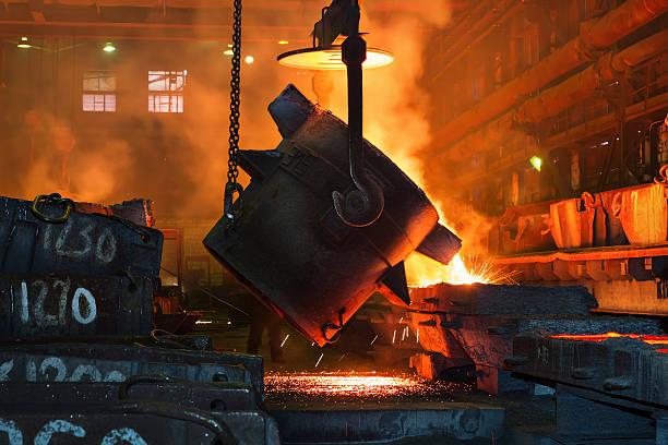 metallurgical plant, hot metal casting. - krachtapparatuur stockfoto's en -beelden