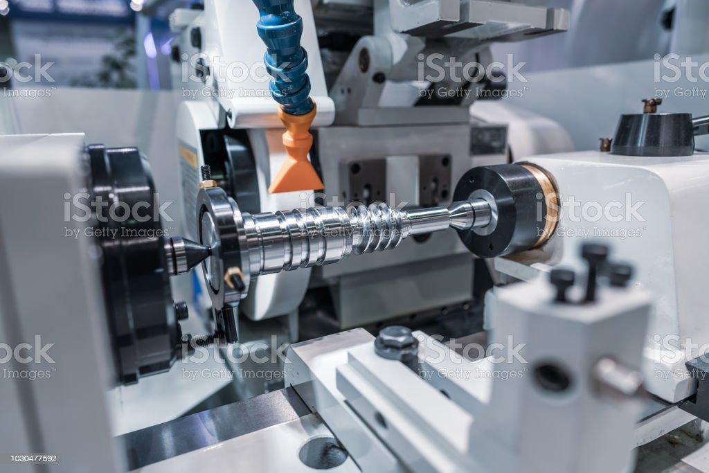 Metallbau CNC Fräse. Schneiden Metall modernen Bearbeitung Technologie. – Foto