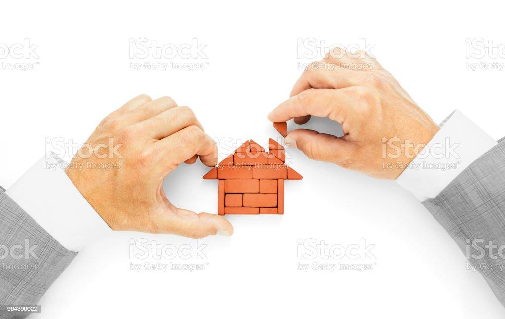 Metáfora da construção de uma casa, o último tijolo, a conclusão das obras - Foto de stock de Acabando royalty-free