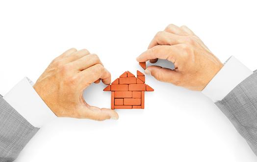 Foto de Metáfora Da Construção De Uma Casa O Último Tijolo A Conclusão Das Obras e mais fotos de stock de Acabando