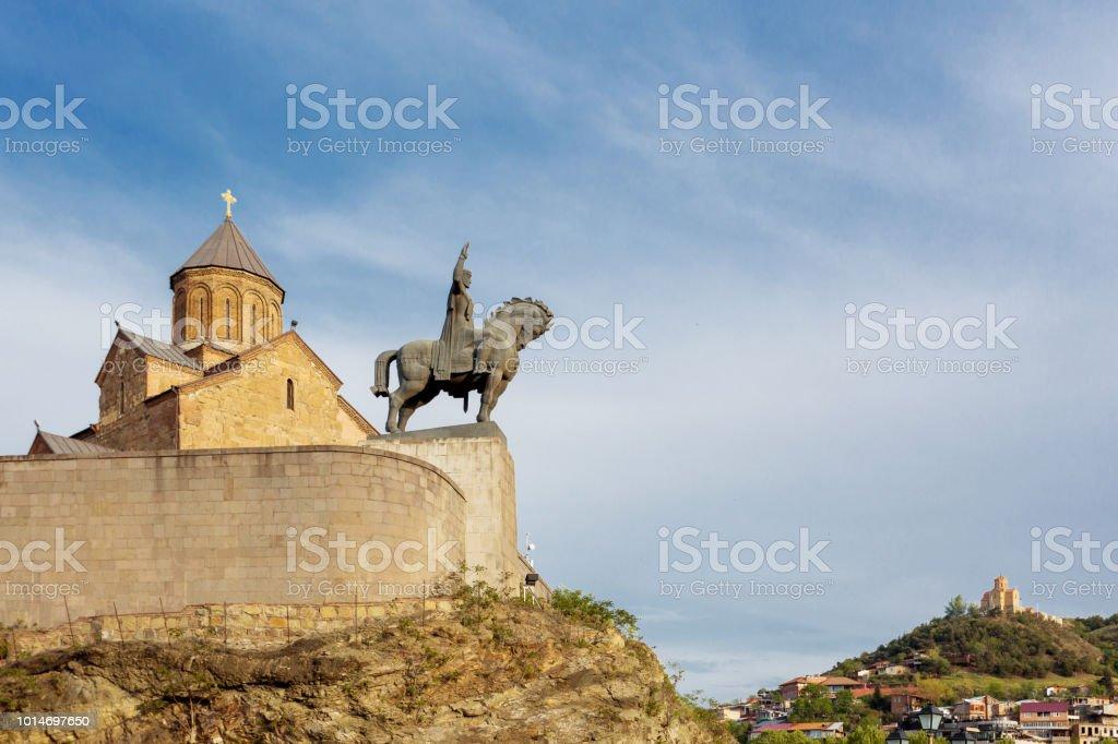 Metekhi Kirche der Entschlafung der Jungfrau Maria. Denkmal für Wachtang ich setze. Wahrzeichen in Tiflis, Georgien. – Foto