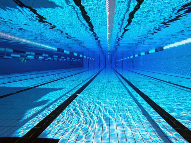 50メートルのスポーツプール。水中背景のスイミングプール。 - 水泳 ストックフォトと画像