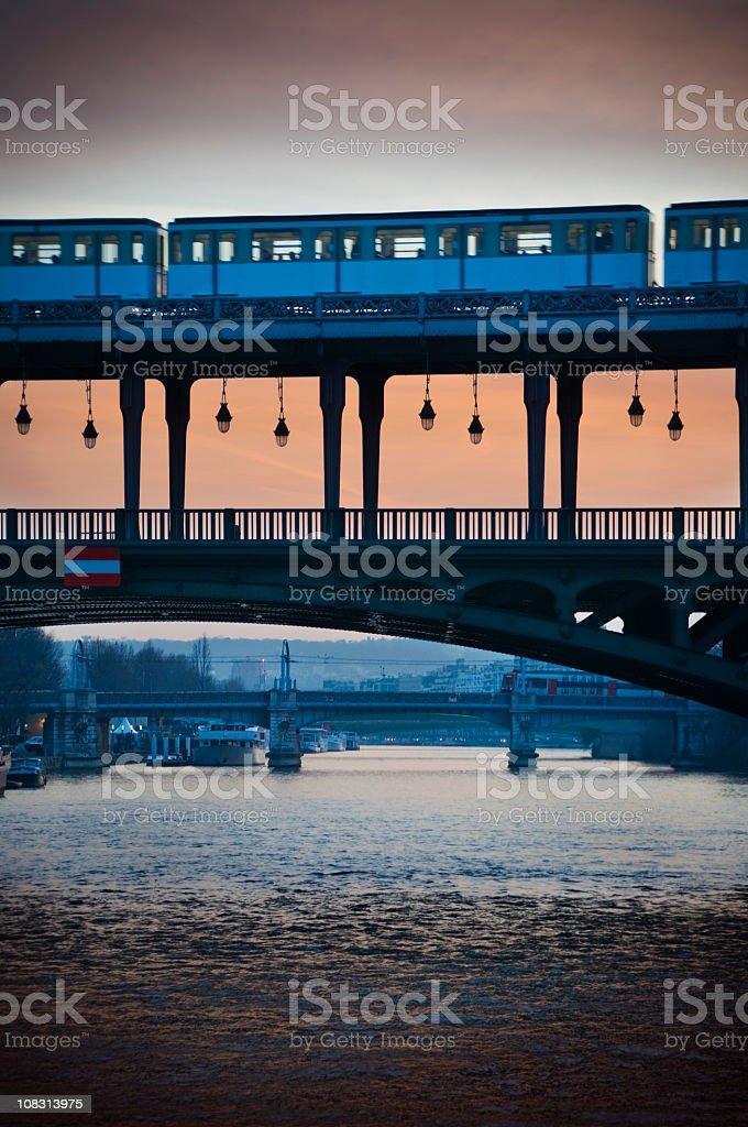 Station de métro et la Seine - Photo