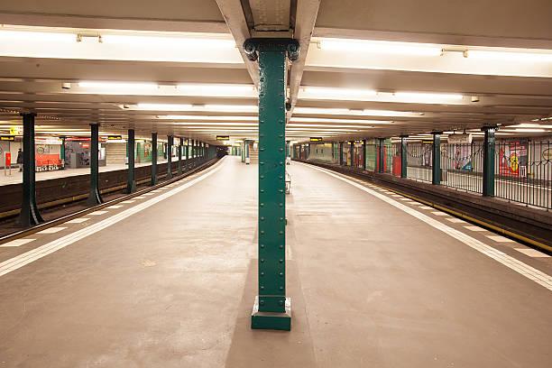 die u-bahn-station wittenbergplatz in berlin - u bahn stock-fotos und bilder