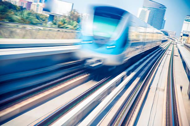 metro zug in dubai - hochgeschwindigkeitszug stock-fotos und bilder