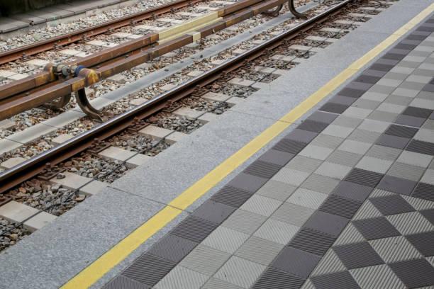 u-bahn-zug eisenbahn und plattform bodenfliesen - eisenstadt austria stock-fotos und bilder