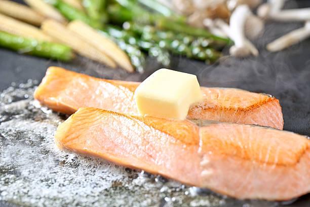 meuniere de salmão - peixe na grelha imagens e fotografias de stock