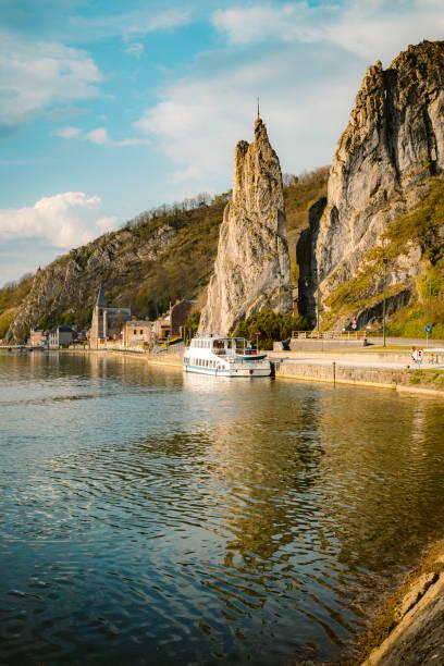 meuse river met bayard rock, dinant, belgië - maasvallei stockfoto's en -beelden