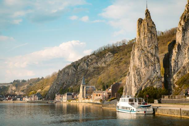 maas rivier met bayard rock, dinant, belgië - maasvallei stockfoto's en -beelden