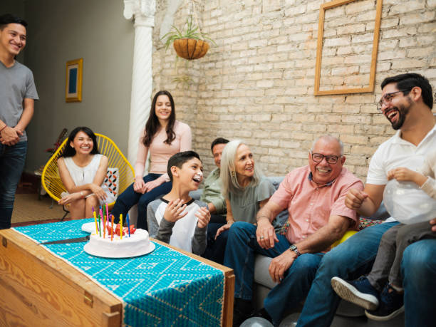 chico mexicano con torta en la cara - reunión familiar fotografías e imágenes de stock