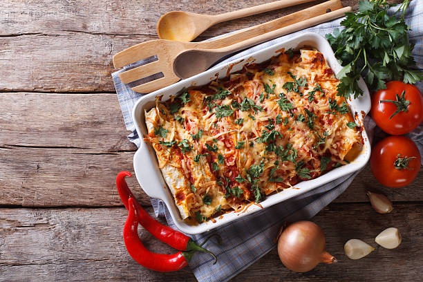 mexikanische enchilada in einem baking dish horizontale ansicht von oben - gesunde huhn pasta stock-fotos und bilder