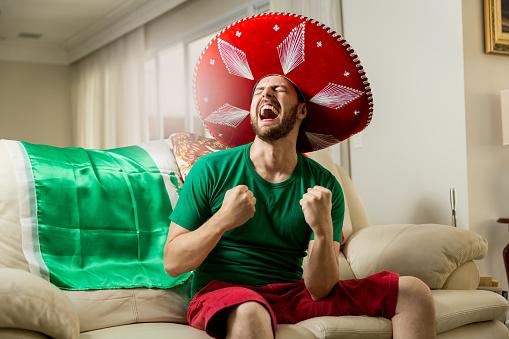 Mexicaanse Fan Vieren Thuis Stockfoto en meer beelden van Alleen mannen