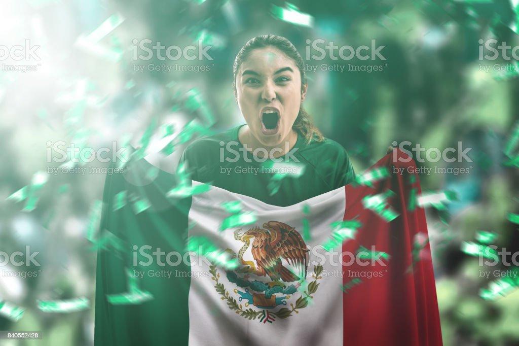 Fan mexicana sosteniendo la bandera nacional - foto de stock