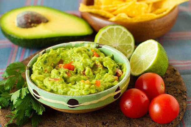 comida mexicana :  molho de abacate - guacamole - fotografias e filmes do acervo
