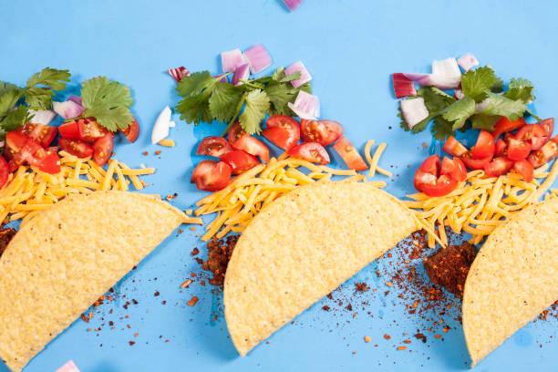 tacos de boeuf croustillant de nourriture mexicaine, les ingrédients dans une rangée, knolling. - tacos photos et images de collection