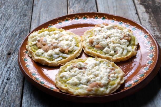 Comida mexicana: sopes con salsa verde y frijoles - foto de stock