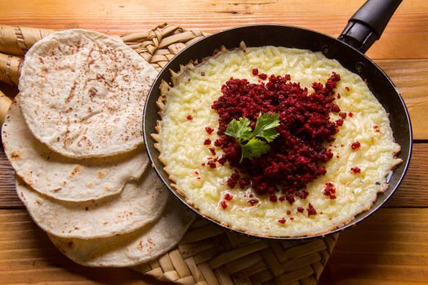 mexikanische geschmolzenen käse mit chorizo - wurst käse dips stock-fotos und bilder