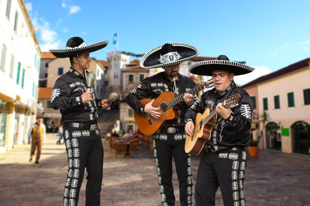 Mexican musicians mariachi Mexican musicians mariachi on a city street serenading stock pictures, royalty-free photos & images