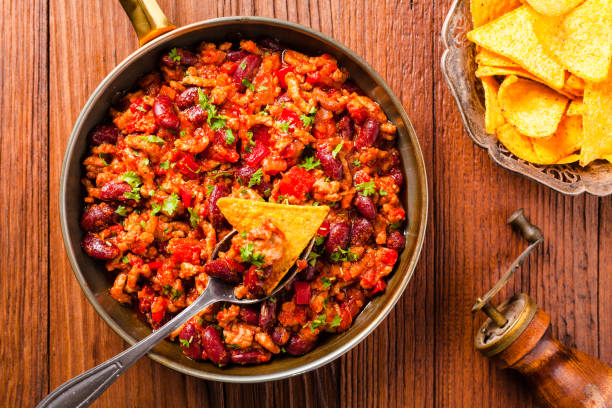mexikanische nachos mit chili con carne - schnelle suppen stock-fotos und bilder
