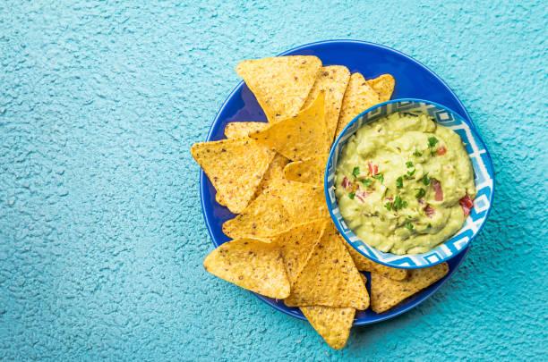 nachos mexicanos com guacamole - guacamole - fotografias e filmes do acervo