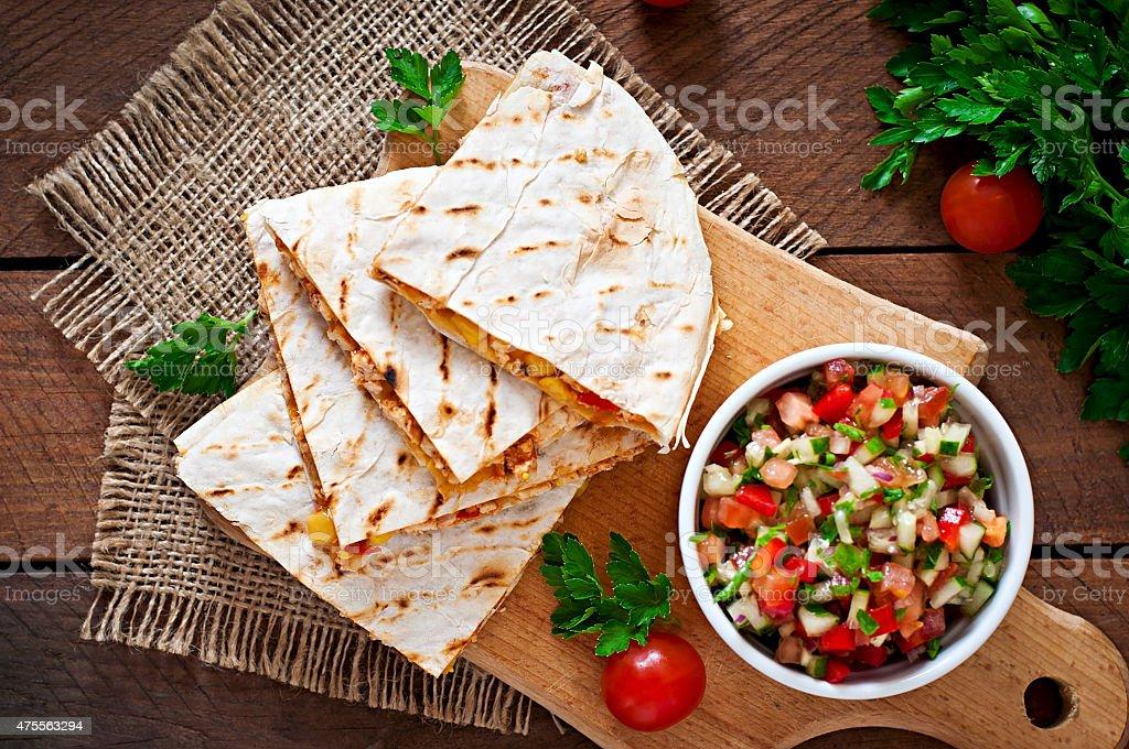 Mexikanische Quesadilla Tortilla mit Hühnchen, Mais und salsa – Foto