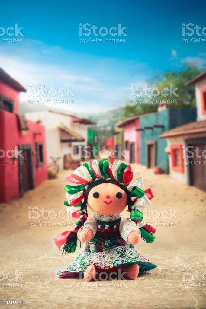 Boneca de pano mexicana em um vestido tradicional em uma vila mexicana - foto de acervo