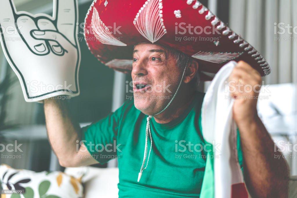 Ventilador principal mexicano viendo partido de fútbol en casa - foto de stock