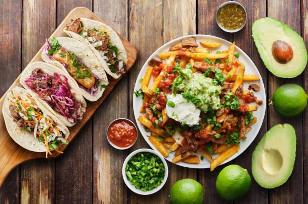 Mexikanische Straßentakos und Carne asada Pommes frites in flacher Laienzusammensetzung – Foto