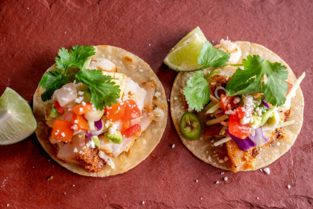 mexikanische stil fisch street food tacos auf einem rustikalen schiefer bereit zu essen - meeresfrüchte enchiladas stock-fotos und bilder