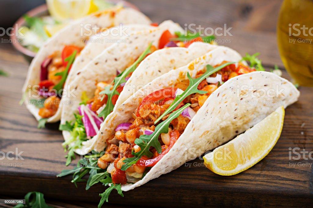 Mexikanische Tacos mit Rindfleisch, Bohnen in Tomatensauce und salsa – Foto